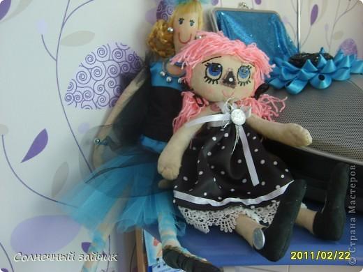 Давно засматривалась на кукол в стиле примитив. А тут три дня назад подруга принесла остаток ткани, и кукла не замедлила появиться. Правда пока не назвали. фото 3