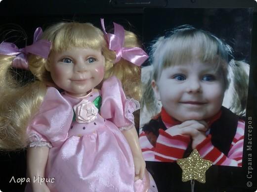 Кукла сделана в подарок девочке (на фото). Я попробовала сделать куклу по фотографии, хотелось добиться сходства. Получилось или нет, отдаю на ваш суд. фото 1