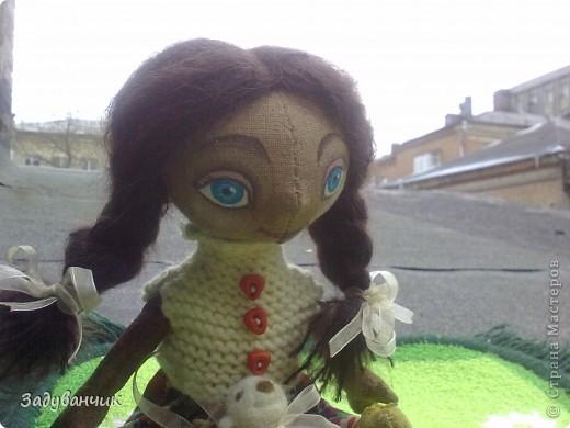 Это Мила, первый мой опыт в шитье кукол)) Здесь Мила на крыше. фото 2