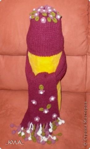 Из шерстяной пряжи. Зимний, теплый.  Цветочки и бубончики на шарфике связаны крючком. фото 1