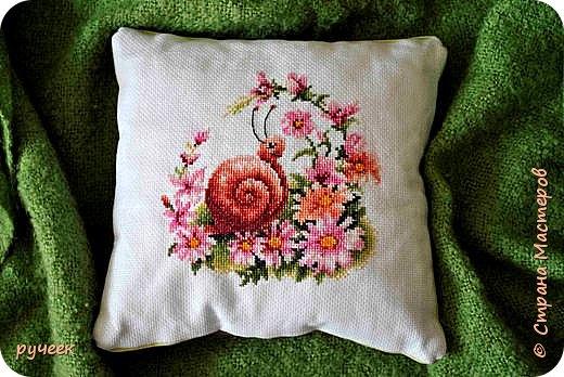 """такую маленькую подушку с милой и забавной улиткой я вышивала дважды, для своих племянниц...набор из фирмы """"Риолис"""" фото 1"""