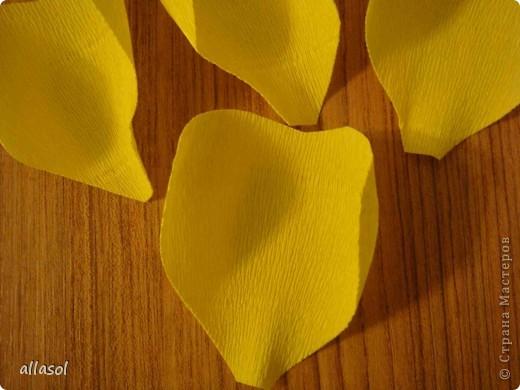 Получила заказ сделать желтые пышные цветы для школьного ансамбля. Поэтому эти два условия и старалась выполнить. Только потом стали думать, какие цветы получились. Пришли к выводу, что это полная мальва. фото 12