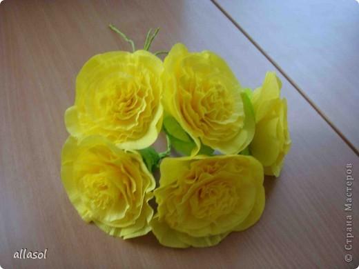 Получила заказ сделать желтые пышные цветы для школьного ансамбля. Поэтому эти два условия и старалась выполнить. Только потом стали думать, какие цветы получились. Пришли к выводу, что это полная мальва. фото 3