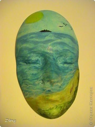 Я не художник ,и даже не учусь. Идея была другая.Но пытаясь на акриловой краске сделать однотонный голубой,увидела  море ,и решила оставить так.  Добавила облака,солнечные блики,пену морскую у берега,мокрый песок,ракушки.  На мой взгляд стало живее. фото 2
