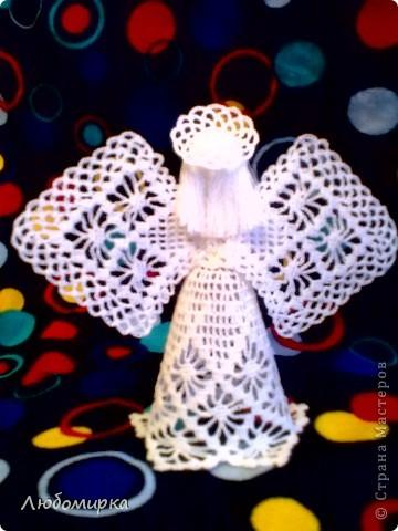 Ангел с большими крыльями. В руках - цветок с колокольчиками. фото 2