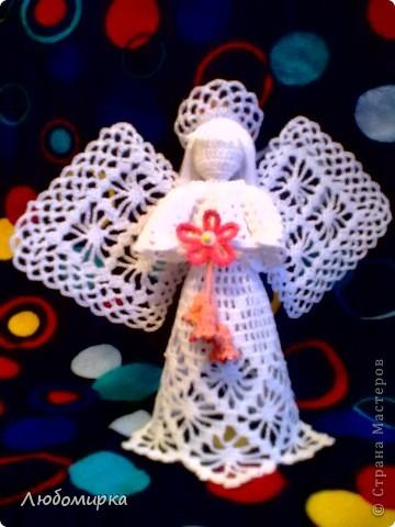 Ангел с большими крыльями. В руках - цветок с колокольчиками. фото 1