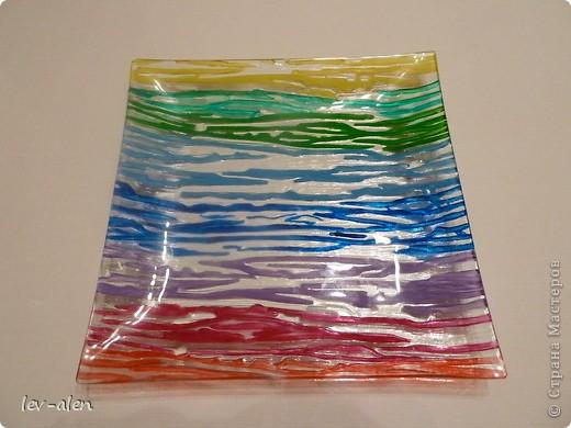 Давно заглядывалась на подобные вещицы. Тут ко мне попали краски акриловые по стеклу и керамике. Решила декорировать простую дешевую стеклянную тарелку с выпуклым узором.  фото 1