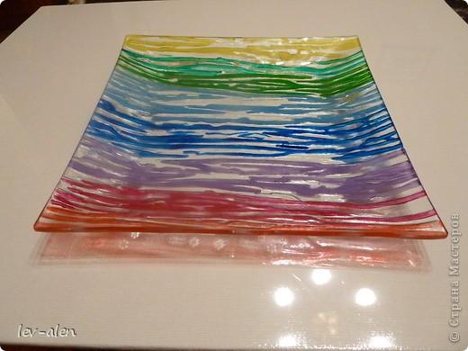 Давно заглядывалась на подобные вещицы. Тут ко мне попали краски акриловые по стеклу и керамике. Решила декорировать простую дешевую стеклянную тарелку с выпуклым узором.  фото 2