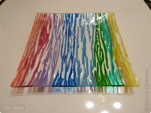 Давно заглядывалась на подобные вещицы. Тут ко мне попали краски акриловые по стеклу и керамике. Решила декорировать простую дешевую стеклянную тарелку с выпуклым узором.  фото 3