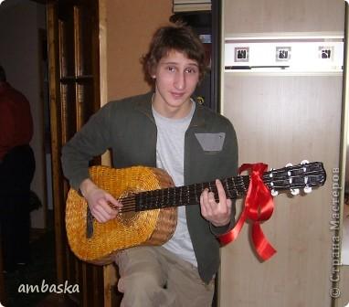 Эту гитару сплела в подарок сыну. Приходилось плести, а к его приходу - прятать, чтобы сделать ему сюрприз. Сюрприз удался. фото 1