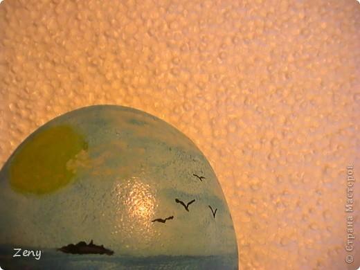 Я не художник ,и даже не учусь. Идея была другая.Но пытаясь на акриловой краске сделать однотонный голубой,увидела  море ,и решила оставить так.  Добавила облака,солнечные блики,пену морскую у берега,мокрый песок,ракушки.  На мой взгляд стало живее. фото 4