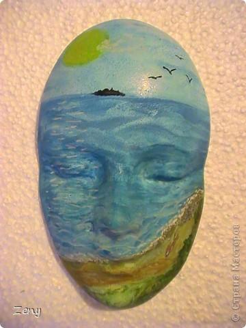 Я не художник ,и даже не учусь. Идея была другая.Но пытаясь на акриловой краске сделать однотонный голубой,увидела  море ,и решила оставить так.  Добавила облака,солнечные блики,пену морскую у берега,мокрый песок,ракушки.  На мой взгляд стало живее. фото 1