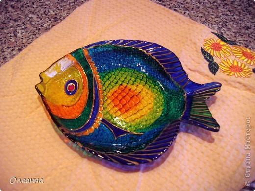 """Небольшое стеклянное блюдо """"Рыбка""""  росписано витражным лаком."""
