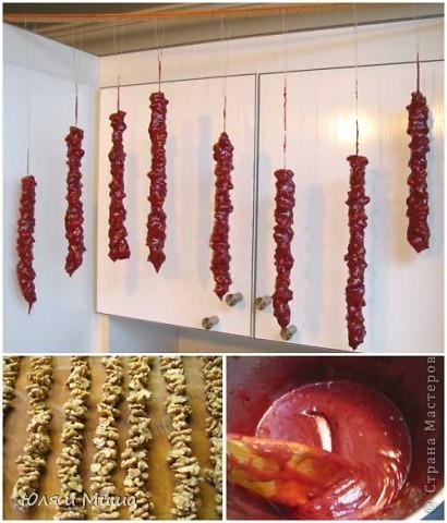 Чурчхе́ла (груз. ჩურჩხელა, тур. Pestil Cevizli Sucuk — дословно: суджук с грецкими орехами) — восточная сладость из нанизанных на нитку орехов в загустевшем сиропе на основе виноградного сока. Отличается высокими питательными свойствами благодаря большому содержанию глюкозы и фруктозы (от 30 до 52 %), растительных жиров, белков, органических кислот (1,1-2 %), азотистых и фенольных веществ, витаминов. фото 1