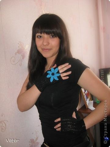 Черные митенки с сочным цветком цветком, для ярких девушек! Моделью выступила моя сестренка. фото 1