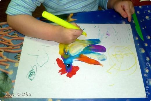 """Замечательных петушков сегодня сделали мои ученики! Сначала мамы помогли обвести детскую ладошку, а потом детки петушков """"раскрасили"""" при помощи пластилина (пластилиновая живопись).  фото 4"""