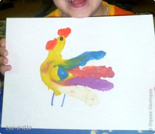 """Замечательных петушков сегодня сделали мои ученики! Сначала мамы помогли обвести детскую ладошку, а потом детки петушков """"раскрасили"""" при помощи пластилина (пластилиновая живопись).  фото 2"""