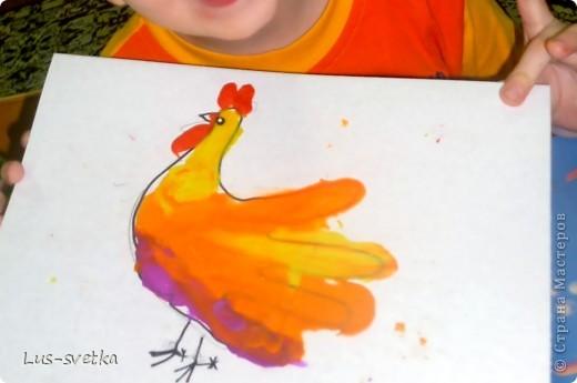 """Замечательных петушков сегодня сделали мои ученики! Сначала мамы помогли обвести детскую ладошку, а потом детки петушков """"раскрасили"""" при помощи пластилина (пластилиновая живопись).  фото 5"""