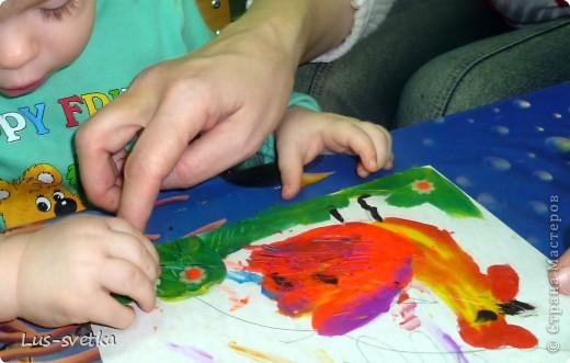 """Замечательных петушков сегодня сделали мои ученики! Сначала мамы помогли обвести детскую ладошку, а потом детки петушков """"раскрасили"""" при помощи пластилина (пластилиновая живопись).  фото 1"""