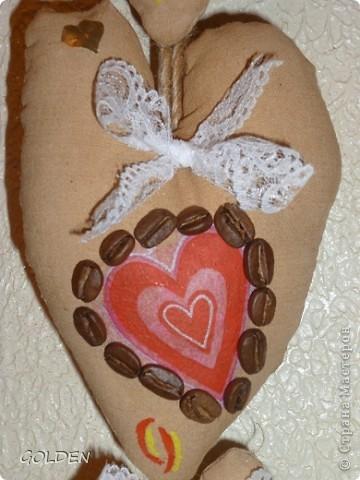 Наш семейный оберег. Сердечки кофейно-коричные, пахнут вкусно. Все разные по размеру и рисунку. Самое большое - папа, потом- мама и две дочери. фото 3