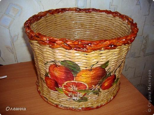 Понадобилась емкость для хранения сушеных яблок (в этом году был большой урожай, много насушили). И в голову пришла идея сплести такую корзину: благо в Стране мастеров много отличных примеров. фото 1