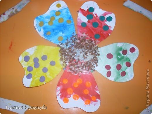 Решили с сынулькой зделать подарок его подружке ко дню рождения,а лучший подарок-это цветы......мы так решили )))).Вот что вышло.Жалко что несфоткала как он расскрашивал лепестки,очень зрелещьно ))))). фото 1