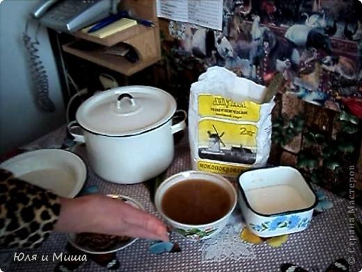Чурчхе́ла (груз. ჩურჩხელა, тур. Pestil Cevizli Sucuk — дословно: суджук с грецкими орехами) — восточная сладость из нанизанных на нитку орехов в загустевшем сиропе на основе виноградного сока. Отличается высокими питательными свойствами благодаря большому содержанию глюкозы и фруктозы (от 30 до 52 %), растительных жиров, белков, органических кислот (1,1-2 %), азотистых и фенольных веществ, витаминов. фото 3