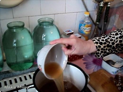 Чурчхе́ла (груз. ჩურჩხელა, тур. Pestil Cevizli Sucuk — дословно: суджук с грецкими орехами) — восточная сладость из нанизанных на нитку орехов в загустевшем сиропе на основе виноградного сока. Отличается высокими питательными свойствами благодаря большому содержанию глюкозы и фруктозы (от 30 до 52 %), растительных жиров, белков, органических кислот (1,1-2 %), азотистых и фенольных веществ, витаминов. фото 5