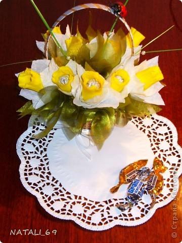 Это букет к празднику для моей будущей (я надеюсь:)) свекрови. Живые цветы у нас, на севере, стоят фантастически дорого, а в вазе стоят невероятно мало. Думаю, что этот букетик проживет подольше :)  фото 1