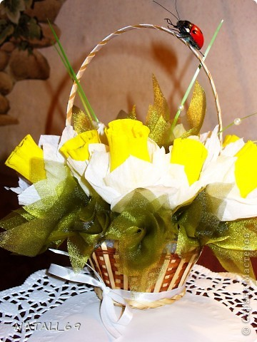 Это букет к празднику для моей будущей (я надеюсь:)) свекрови. Живые цветы у нас, на севере, стоят фантастически дорого, а в вазе стоят невероятно мало. Думаю, что этот букетик проживет подольше :)  фото 2