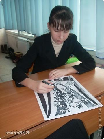 """Второй год выполняем с пятиклассниками натюрморт черным маркером. За основу даю рисунки из детской раскраски """"Я рисую натюрморт"""" из серии """"Веселые уроки волшебника Карандаша"""" фото 17"""