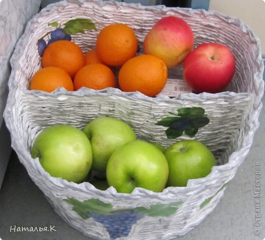 Решила заменить пластмассовое ведро на кухне под фрукты  - на корзину. А муж попросил сделать с перегородками, чтобы видеть сразу весь фруктовый ассортимент. Сильно городить не стала, а на две части разделила. И так достаточно... фото 10
