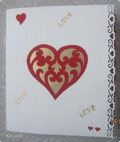 Вид общий. Сердечко большое - вырезала из бархатной бумаги, снизу - золоченая бумага, сердечки маленькие и края - фигурные дыроколы, надпись - золотой контур Декола. Тиснение - такая специальная штучка для тиснения. фото 1