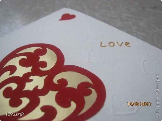 Вид общий. Сердечко большое - вырезала из бархатной бумаги, снизу - золоченая бумага, сердечки маленькие и края - фигурные дыроколы, надпись - золотой контур Декола. Тиснение - такая специальная штучка для тиснения. фото 3