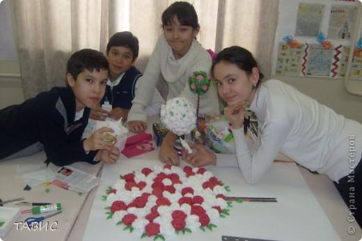 """Моим ученикам очень понравилось """"Европейское дерево счастья"""" и мы решили совместными усилиями сделать большое панно для украшения нашего класса. Вот так дружно мы работаем! Я ОЧЕНЬ рада, что у меня ТАКИЕ трудолюбивые и талантливые ученики!!! фото 1"""