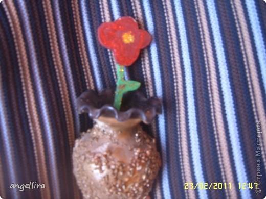 Наверно года 2 назад дети мне сделали сюрприз на 8-марта :) сын вырезал из дерева цветок,а доча покрасила. Вазочку она облепила разной крупой и покрыла золотой краской :) фото 1