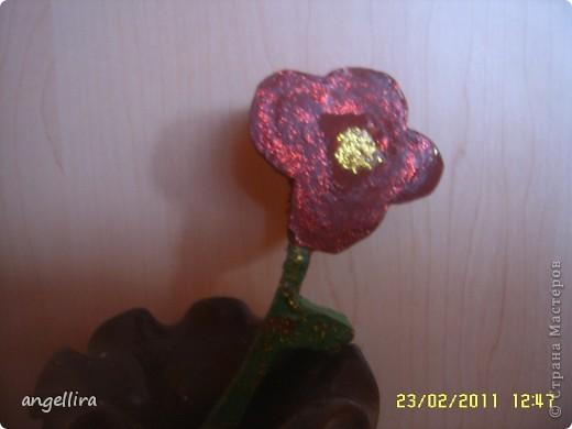Наверно года 2 назад дети мне сделали сюрприз на 8-марта :) сын вырезал из дерева цветок,а доча покрасила. Вазочку она облепила разной крупой и покрыла золотой краской :) фото 2