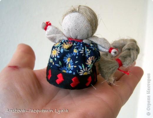 Одной из самых любимых кукол является Куколка на счастье. Эта малышка с большой косой легко умещается даже на маленькой ладошке. Известно же о кукле на счастье не очень много. Найдены подобные куколки были на раскопках древнего Ржева. А название такое получили за свою длиннющую косу - символ женской красоты, которую жених выкупал на свадьбе, получая за выкуп ту, которую мог сделать счастливой. фото 8