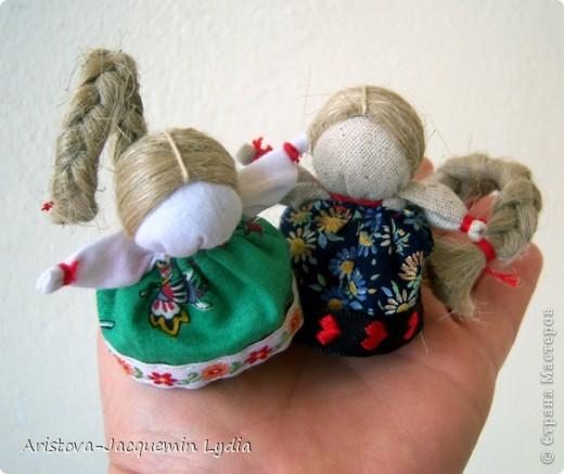 Одной из самых любимых кукол является Куколка на счастье. Эта малышка с большой косой легко умещается даже на маленькой ладошке. Известно же о кукле на счастье не очень много. Найдены подобные куколки были на раскопках древнего Ржева. А название такое получили за свою длиннющую косу - символ женской красоты, которую жених выкупал на свадьбе, получая за выкуп ту, которую мог сделать счастливой. фото 9