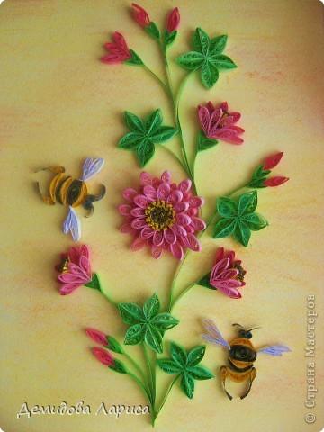 Работа взята с сайта http://increations.blogspot.com/2009/04/bumblebees-and-flowers-quilling.html . фото 1