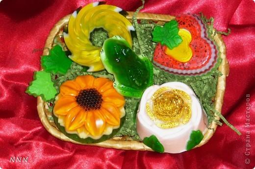 Вот такой подарочек смастерила (уже всё упаковано в пленочку и в подарочную упаковку). У каждого мыльца свой аромат (завитушка - ананас, подсолнух - малина, лягушка - мята, розочка - цветочный микс, сердечко - спелая клубника), добавлены разные масла - основы. фото 1