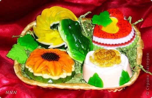 Вот такой подарочек смастерила (уже всё упаковано в пленочку и в подарочную упаковку). У каждого мыльца свой аромат (завитушка - ананас, подсолнух - малина, лягушка - мята, розочка - цветочный микс, сердечко - спелая клубника), добавлены разные масла - основы. фото 2