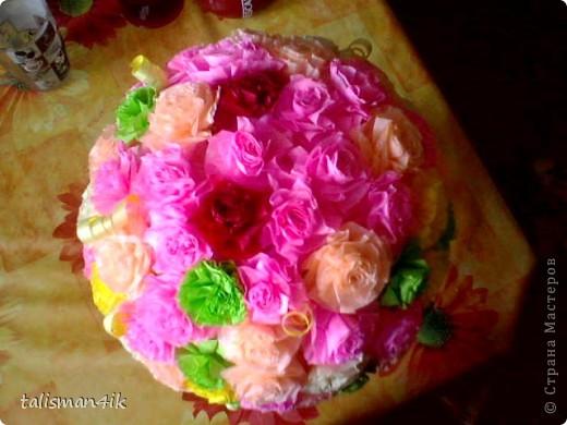 Это моя первая работа с гофрированной бумагой.Сделана по МК http://stranamasterov.ru/user/8988 большое спасибо!!!Корзиночка сплетена из газетных трубочек,покрасила белой краской,наклеила салфетку и привязала у основания шара бантик из золотистой ленты. Делала в подарок на 8 марта подружке. фото 2