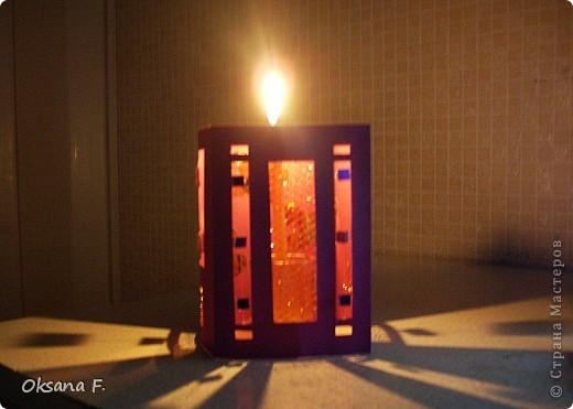 Вот такой подсвечник получился... Размер стороны открытки: 11х16 см Только свечку надо ставить в высоком стеклянном подсвечнике, огнеопасно просто ставить ее внутрь. фото 5