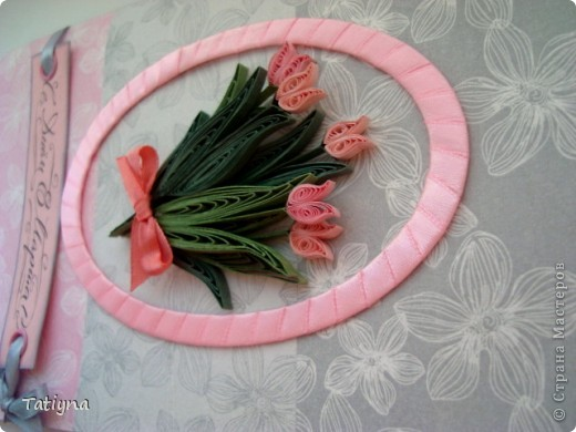 приближается весна и 8 марта и вот такая еще  одна открыточка с тюльпанами у меня получилась...  давно не делала рамочки лентами, решила применить фон салфетка фото 3