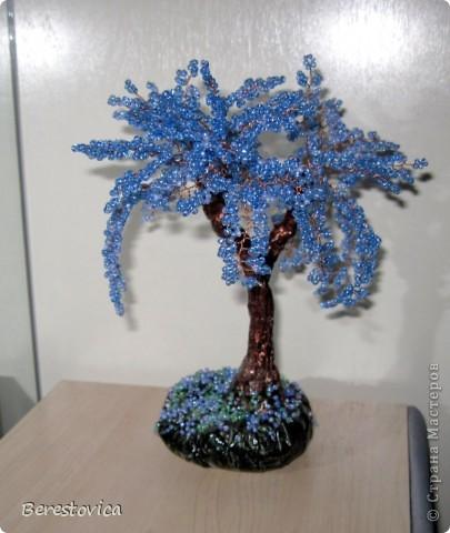 Синяя сакура, хотя задумывалась как фиолетовая. Сделала дерево на одном дыхании, практически за один день. Оказывается 50 гр бисера для такого дерева - это мало.  фото 2