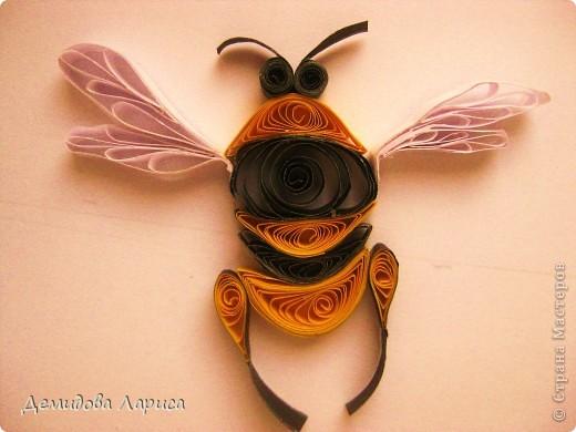 Работа взята с сайта http://increations.blogspot.com/2009/04/bumblebees-and-flowers-quilling.html . фото 5