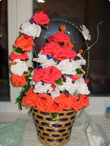 Любимой маме мужа на юбилей - 55 роз с шоколадными конфетами  фото 1