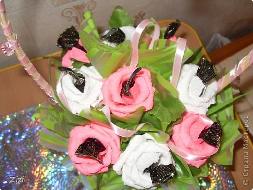 Любимой маме мужа на юбилей - 55 роз с шоколадными конфетами  фото 13