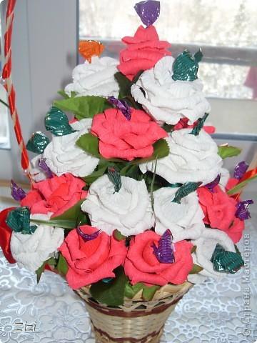Любимой маме мужа на юбилей - 55 роз с шоколадными конфетами  фото 5